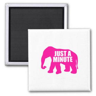 Imã Apenas um minuto. Elefante cor-de-rosa