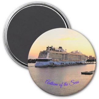 Imã Aurora do porto de Nassau com navio de cruzeiros