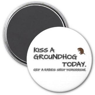 Imã Beije um groundhog hoje. Fique uma raiva disparada