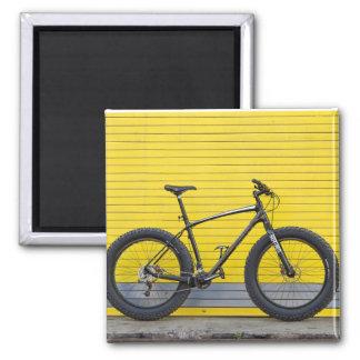Imã Bicicleta gorda na parede amarela