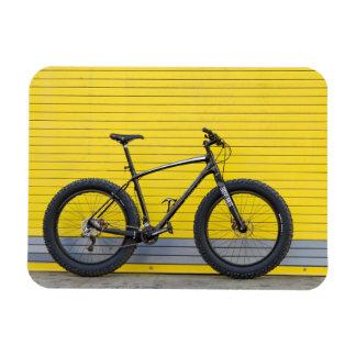 Ímã Bicicleta gorda na parede amarela