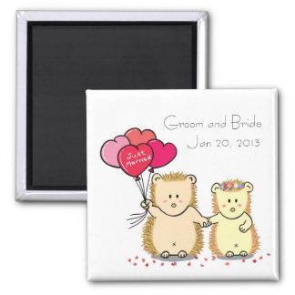 Ímã bonito do favor do casamento do casal do ouriç ímã quadrado