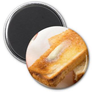 Imã Brinde quente com manteiga em um fim-acima branco
