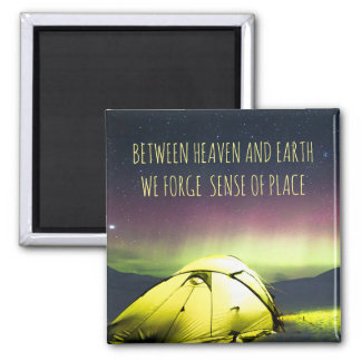 Imã Campista da barraca sob a Aurora Borealis na noite