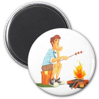 Imã Cara que frita a carne na fogueira do acampamento.