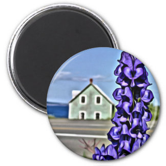 Imã Casa pequena Cosy pelo mar com uma flor do lupine
