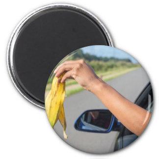 Imã Casca deixando cair do braço da janela de carro da