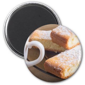 Imã Chá e uma placa de biscoitos frescos