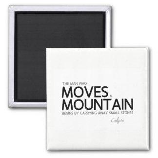 Imã CITAÇÕES: Confucius: O homem move uma montanha