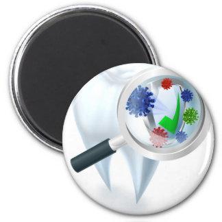 Imã Conceito das bactérias da lupa do dente