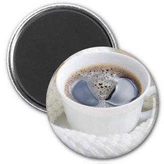 Imã Copo branco do café quente cercado por uma lã