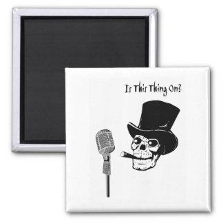 Imã Crânio no chapéu alto com microfone