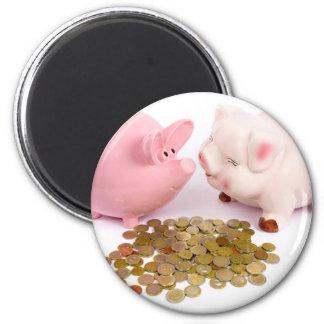 Imã Dois mealheiros com as euro- moedas no branco