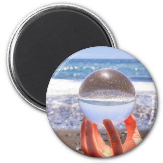 Imã Entregue guardarar a esfera de vidro na praia e no