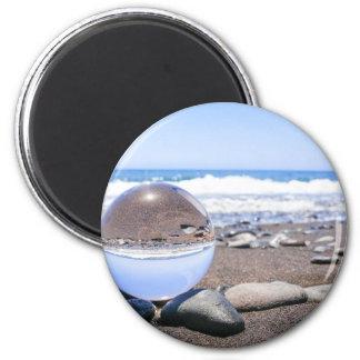 Imã Esfera de vidro em pedras na praia e na costa