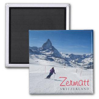 Imã Esquiando com Mt. Matterhorn em Zermatt, suiça