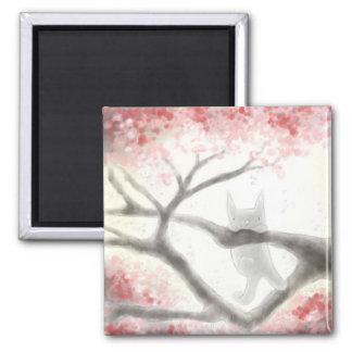 Imã Gato cinzento pequeno em um ímã da árvore