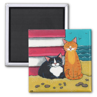 Imã Gato feliz do smoking e de gato malhado na praia
