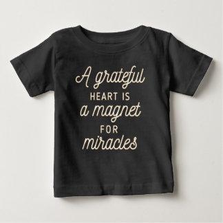 Ímã grato do coração para a camisa dos milagre |