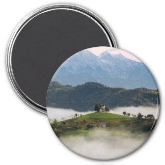 Imã Igreja de St Thomas com as montanhas em Slovenia