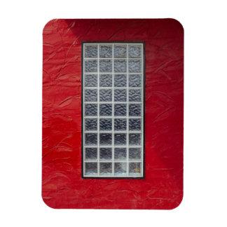 Ímã Janela de vidro em uma parede vermelha