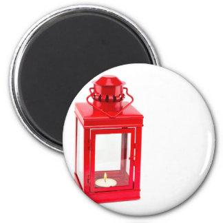 Imã Lanterna vermelha com tealight ardente no branco