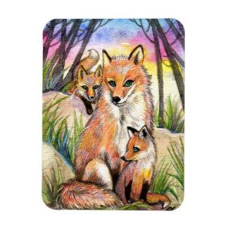 Ímã Mama Fox e raposas do bebê em madeiras do por do