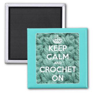 Imã Mantenha a calma e Crochet no quadrado azul