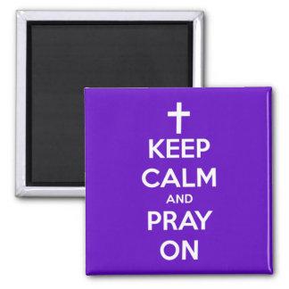 Imã Mantenha a calma e Pray no ímã quadrado roxo