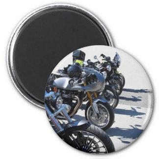 Imã Motocicletas estacionadas na fileira no asfalto