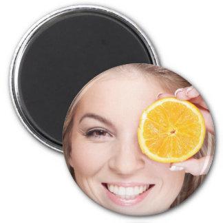 Imã Mulher com laranja, fruta da comida da beleza da