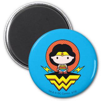 Imã Mulher maravilha de Chibi com bolinhas e logotipo