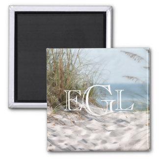 Imã Náutico do monograma das dunas de areia da praia