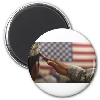 Imã O soldado sauda a bandeira dos Estados Unidos