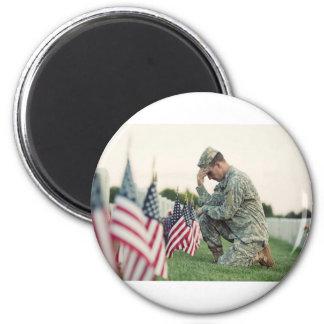Imã O soldado visita sepulturas no Memorial Day
