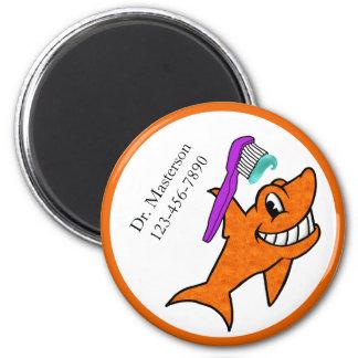 Imã O tubarão feliz do dentista com escova de dentes