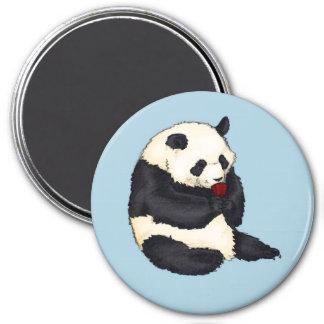Imã Panda com o copo de chá vermelho
