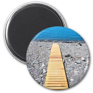 Imã Passeio de madeira na praia que conduz ao mar