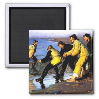 Imã Pescadores que transportam a rede na praia norte