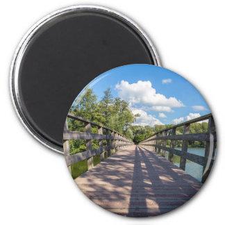 Imã Ponte de madeira longa sobre a água da lagoa