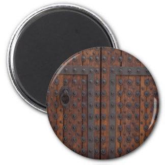Imã Porta de madeira velha com reforços pretos do