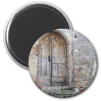 Imã Porta de madeira velha na parede de tijolo velha