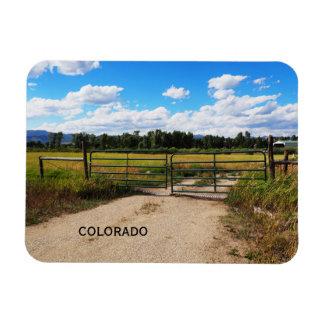 Ímã porta verde por uma pradaria de Colorado