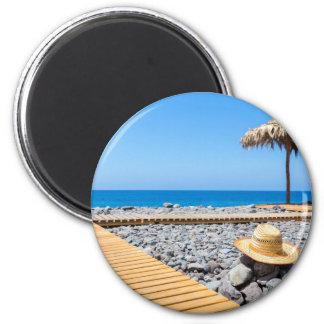 Imã Praia rochoso portuguesa com os parasóis do chapéu