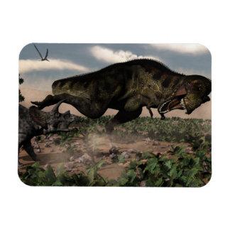 Ímã Rex do tiranossauro que ruje em um triceratops