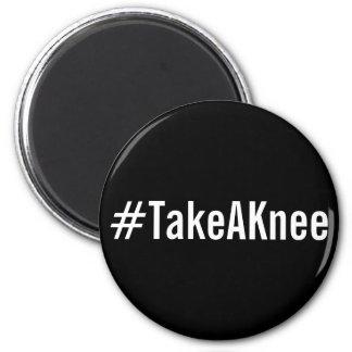 Imã #TakeAKnee, letras brancas corajosas no ímã preto