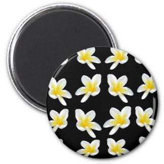 Imã Teste padrão amarelo e preto do Frangipani,