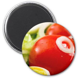 Imã Tomates e ovos cozidos de cereja em uma salada