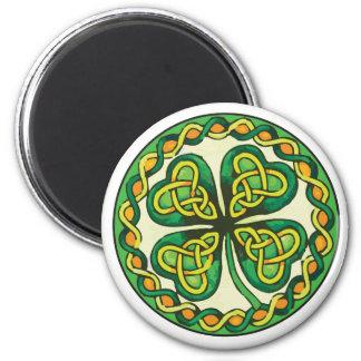 Imã Trevo irlandês em nós celtas
