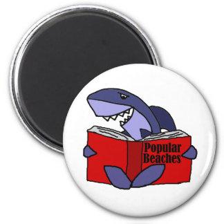 Imã Tubarão engraçado que lê o livro popular das